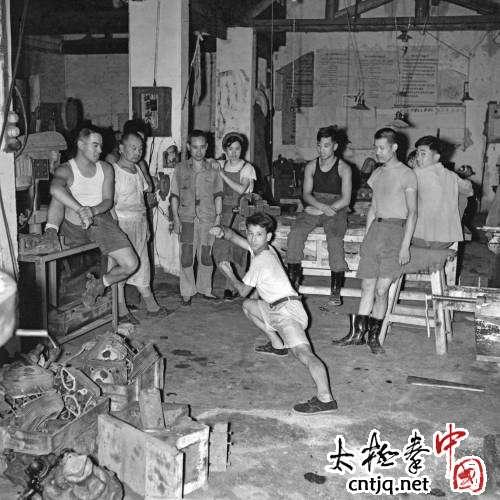 北京市汽修工人车间练太极