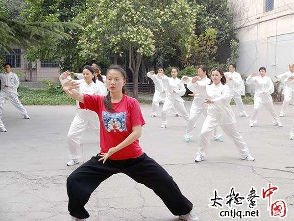 常明月为孟州市房管局培训太极拳