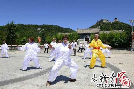 中外武术爱好者北京丫髻山下研习太极拳
