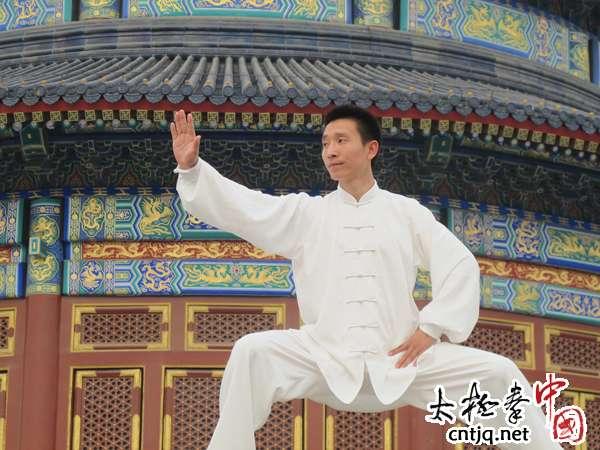 陈庆源老师带领新老学员一起练太极
