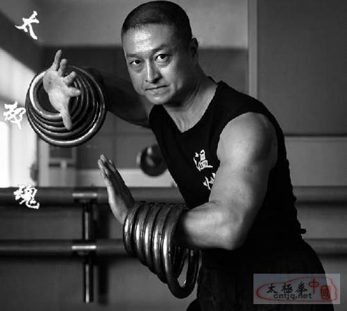 [视频]徐胜表演的鸳鸯铁环功
