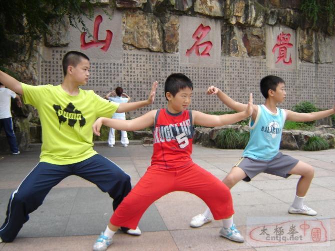 温州王西安拳法研究会小会员的拳姿