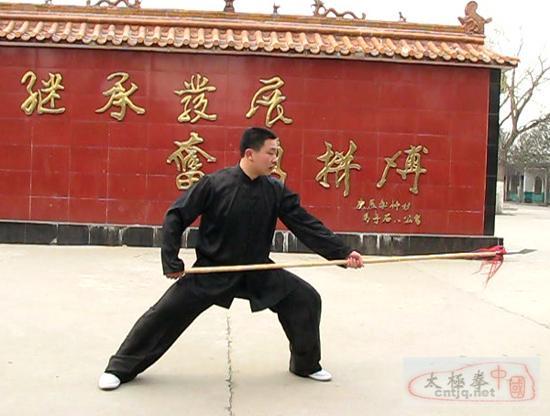 王战军弟子郑辉讲解太极枪舞花的要领